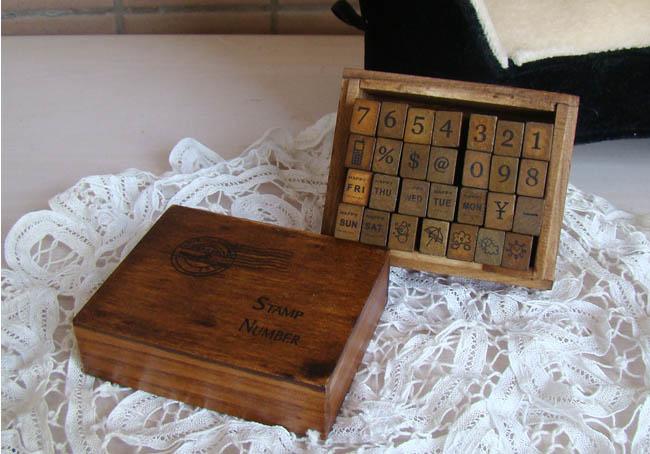 ตัวแสตมป์ตัวเลขในกล่องไม้ 28 ชิ้น
