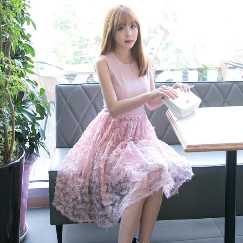 ชุดเดรสสีชมพู แขนกุด กระโปรงปักลายใบไม้ ลุคสวยหวานน่ารักๆ