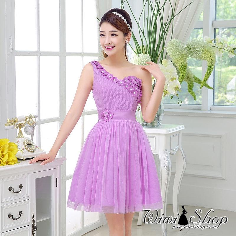 W7257 ชุดราตรีสั้นสีม่วงลาเวนเดอร์ ไหล่เฉียง แต่งดอกไม้สวยๆ เป็นชุดออกงานสีม่วง ชุดไปงานแต่งงานสีม่วง งานบายเนียร์ธีมสีม่วง