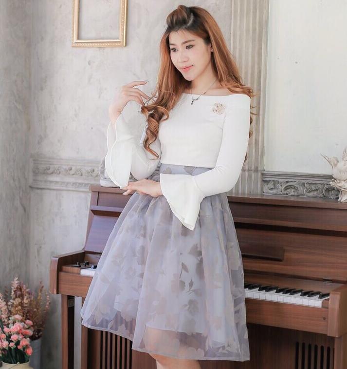 ชุดไปงานแต่งาน ชุดออกงานสวยๆ โทนสีเทา ขาว เซ็ทเสื้อเปิดไหล่สีขาว + กระโปรงผ้าออแกนดี้สีเทา