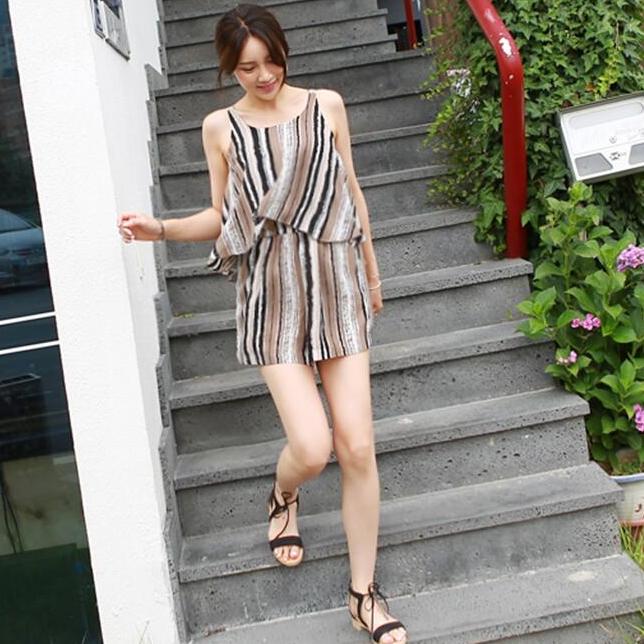 ชุดไปเที่ยวทะเลน่ารัก สดใส จั๊มสูทกางเกงขาสั้นสีน้ำตาลลายทางสลับสีดำ ขาว