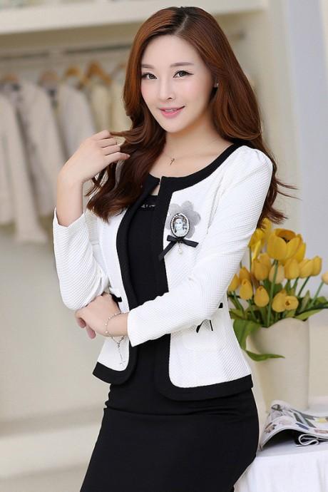 (สินค้าหมด) เสื้อสูทแฟชั่น เสื้อสูทผู้หญิง สีขาว แต่งขลิบสีดำ เนื้อผ้าลายตาราง แต่งผ้าผูกโบว์ตรงกระเป๋า