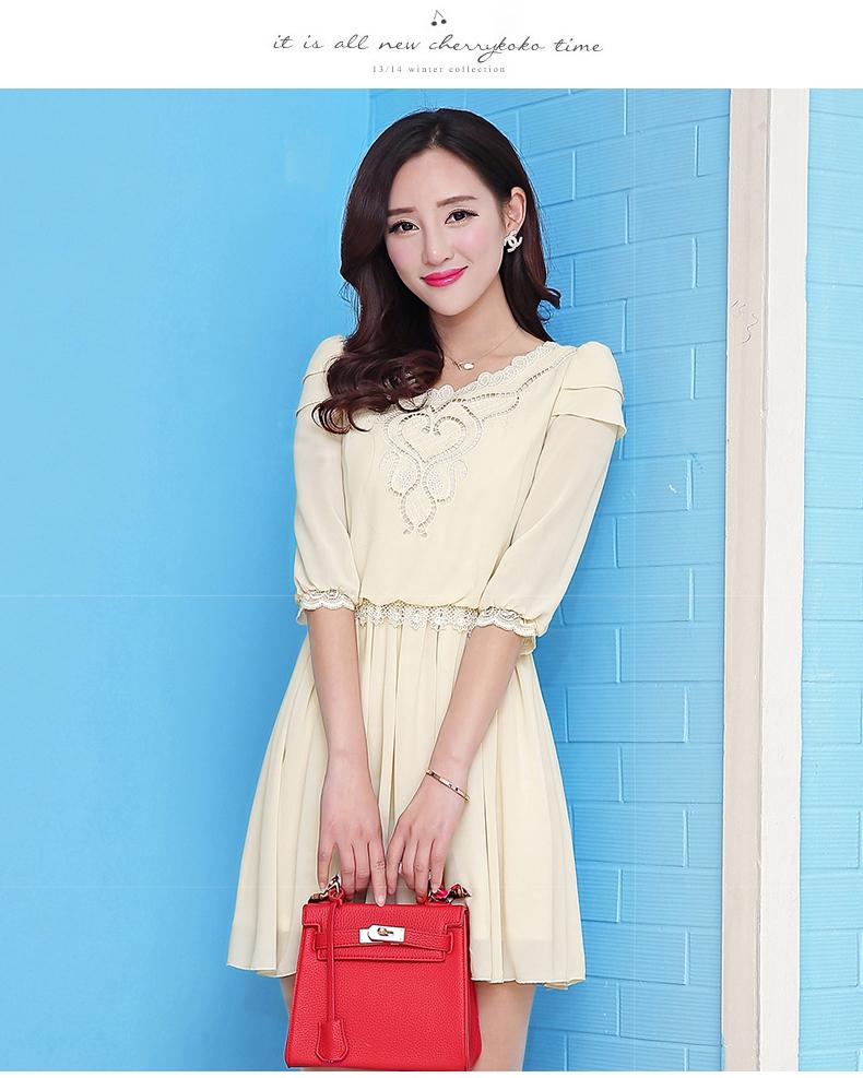 ชุดเดรสสีครีม ผ้าชีฟอง คอฉลุลายสวยเก๋ แขนห้าส่วน เป็นชุดลำลองน่ารักๆ สวยหวาน