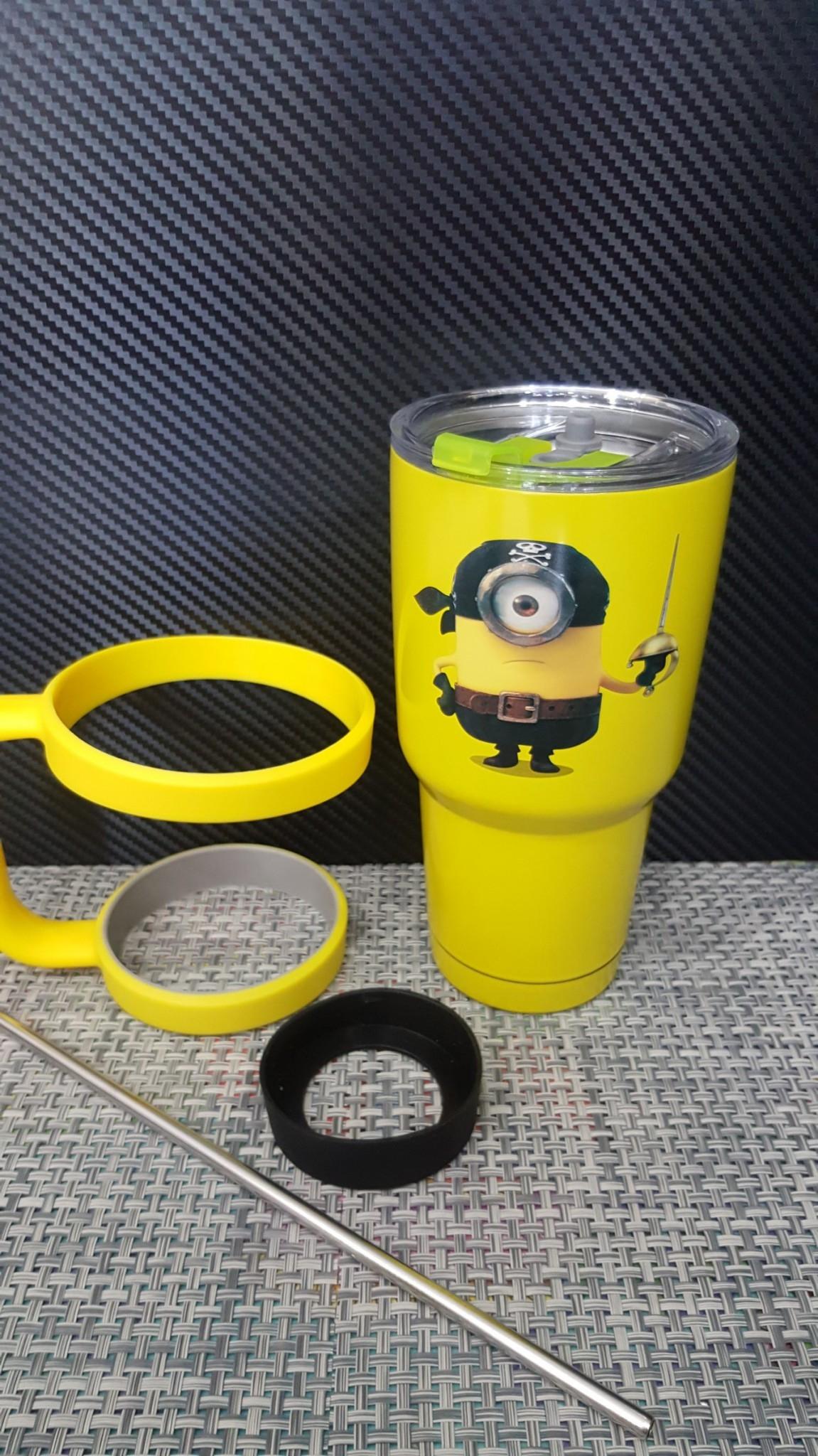 ชุดแก้วเยติ 30 ออนซ์ พื้นสีเหลือง ลายการ์ตูน มินเนี่ยน ถือดาบ