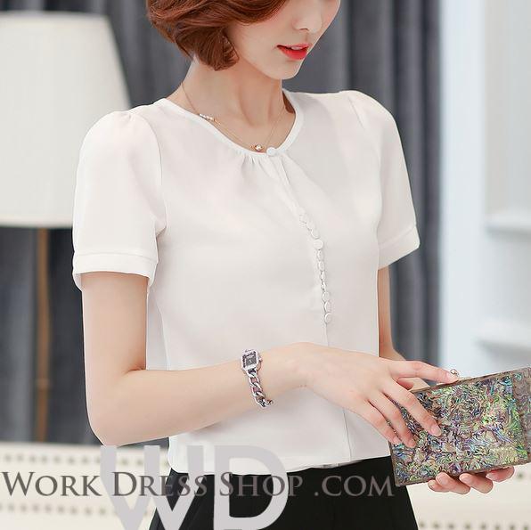 Preorder เสื้อทำงาน สีขาว คอกลม แขนสั้น แต่งกระดุมเรียงด้านหน้าเก่ๆ เนื้อผ้าระบายอากาศได้ดี