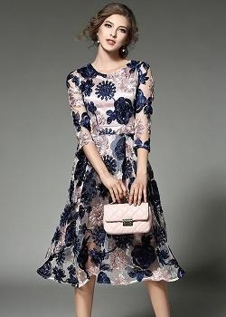 เดรสผ้าปักริบบิ้นเป็นรูปดอกไม้ โทนสีน้ำเงิน และสีชมพูกะปิ ซับในด้วยผ้าไหม เนื้อเงาๆๆ สีชมพูกะปิ