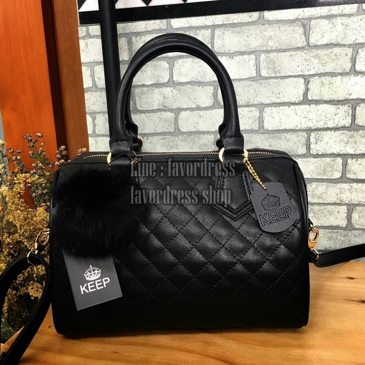 นใหม่ล่าสุด ขนาด มินิ หนังแกะสวยมากค่ะ สีเข้าใหม่ >> สี classy black รุ่น KEEP quited leather Pillow bag