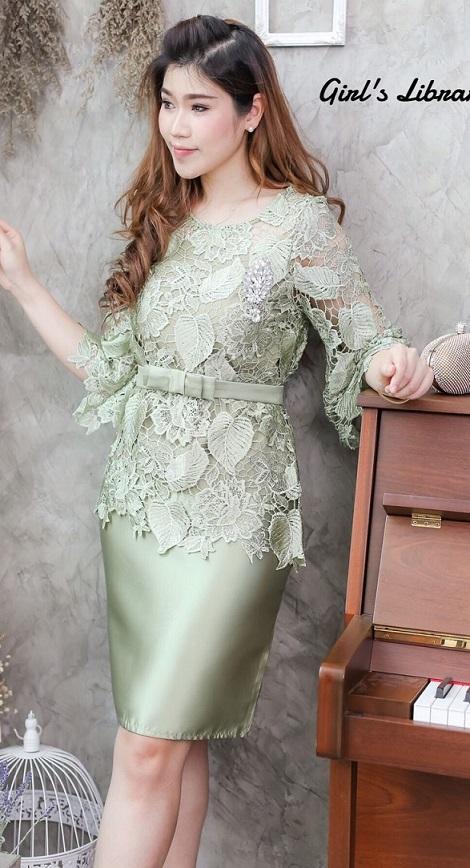 (Size XL) ชุดไปงานแต่งงาน ชุดไปงานแต่งสีเขียว Set เสื้อลูกไม้แขนสามส่วน มีดีเทลที่ปลายแขนเสื้อแต่งระบาย และที่ชายตัดแต่งตามรอยหยักของลูกไม้ มาพร้อมกับกระโปรงผ้าไหมสีพื้นเนื้อดีเกรดพรีเมี่ยม