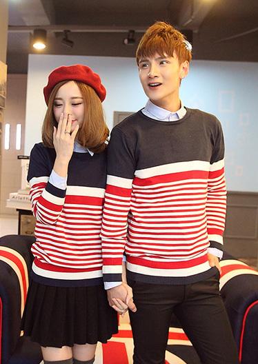 Pre Order ชุดคู่รักแนวเกาหลี เป็นเสื้อคอกลมแขนยาว เล่นลายสลับสี <มี3สี>