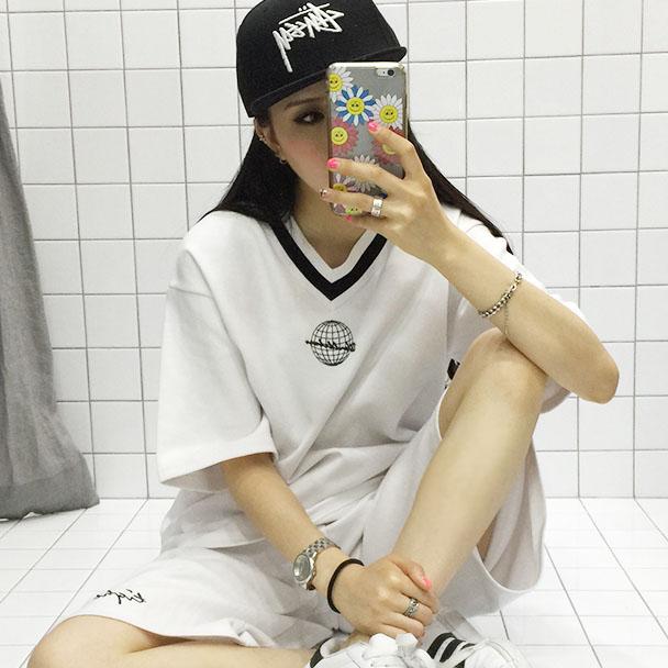 ชุดเซ็ทกีฬาเกาหลี เสื้อแขนสั้นคอ V ลายรูปโลก+กางเกงขาสามส่วน ulzzang fashion