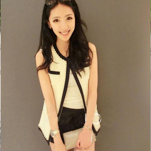 Vivi Party ++สินค้าพร้อมส่งค่ะ++ เสื้อคลุม สไตล์เสื้อกั๊ก แขนกุด กระเป๋าคู่บน-ล่าง แต่งด้วยลูกปัดมุก – สีขาว