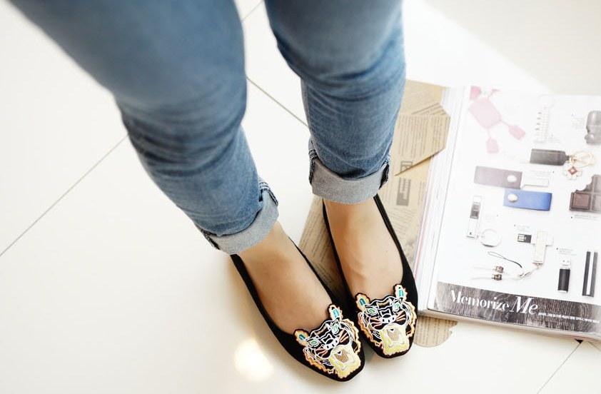 Pre Order - รองเท้าแฟชั่น หุ้มส้น หัวรองเท้าเป็นรูปเสือ แบบสดใส สี : สีชมพู / สีเขียว / สีน้ำเงิน / สีดำ