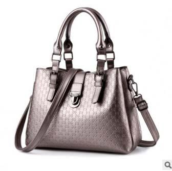 Pre-order กระเป๋าผู้หญิง ถือและสะพายข้าง แฟชั่นสไตล์ยุโรป แต่งลาย OO มี3ช่องซิป รหัส KO-103 สีเงิน