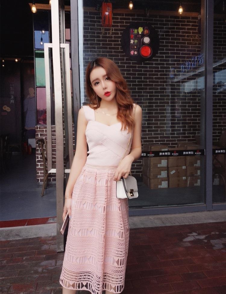 ชุดเดรสยาว สีชมพู ตัวเสื้อเป็นแถบผ้ายืดมีลายในตัว เย็บไขว้กันตามแบบ ขอบจะหยักเล็กๆ