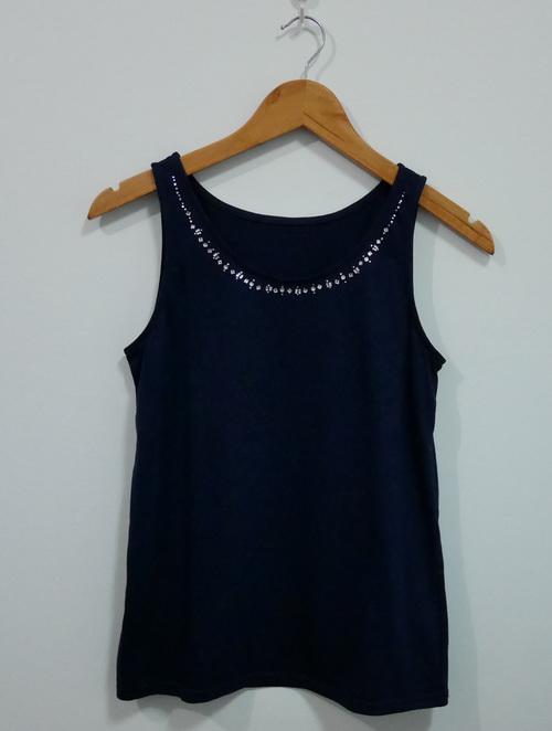jp4099 เสื้อกล้ามผ้ายืดสีน้ำเงิน แต่งเพชรรีด ที่คอ รอบอก 35 นิ้ว